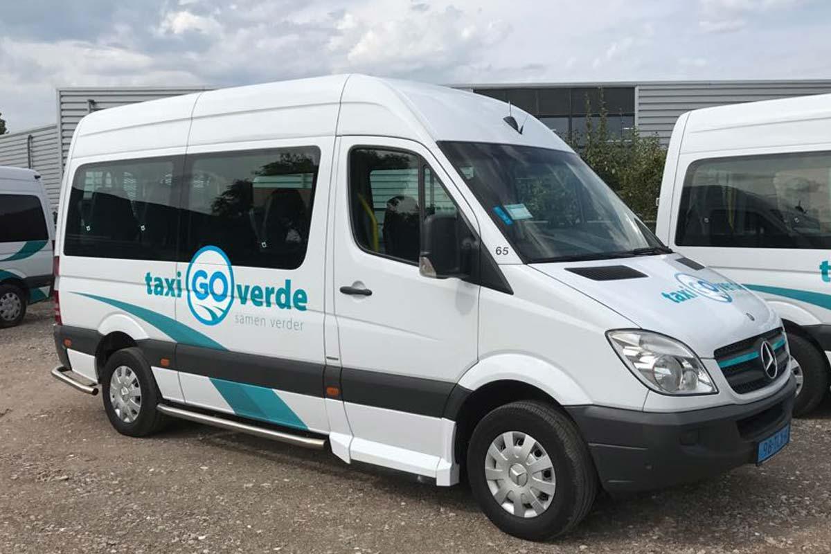 Taxibus voorzien van belettering nieuw logo